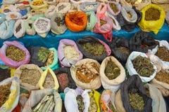 Örter, drycker och pulver Marknad i Pukara, Puno, Peru Royaltyfria Bilder