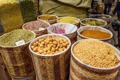 Örter och kryddor i storslagen basar i Tabriz Östligt Azerbajdzjan landskap iran royaltyfria bilder