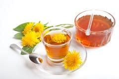 Örtte av maskrosen med honung på vit bakgrund Royaltyfri Foto