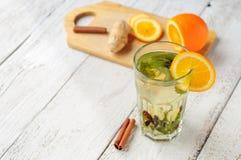 Örtte med apelsinen och ingefäran i exponeringsglas Royaltyfri Bild