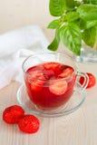 Örtte med jordgubbar Arkivfoto