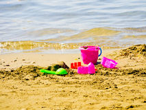 Ösregna och spaden på stranden Arkivfoton