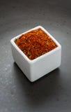 Österlänningen kryddar den växt- blandningen på mörk keramisk maträtt Fotografering för Bildbyråer