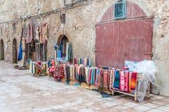 Österlänningmattor och tyger i Essaouira Royaltyfri Fotografi