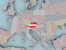 Österreich auf politischer Kugel mit Flagge Stockfoto