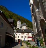 Österreich Die Stadt von Hallstatt, eine schöne, touristische Stadt auf dem See unter den großen Bergen stockbild