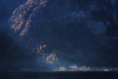 Österreich: Dorf im Sonnenlicht Lizenzfreie Stockfotografie