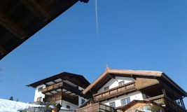 Österreich-Eiskegel hangen vom Dach Stockfotografie
