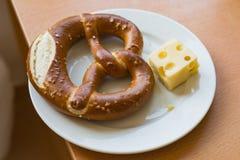 Österreichisch - deutsches Brezel pretzl Gebäck mit Käse auf Platte stockfoto