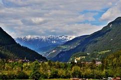 Österreichische Alpe-Ansicht zur Stadt Pfunds Stockbild
