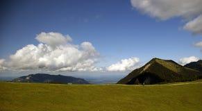 Österreichische Alpen mit blauem Himmel und geschwollenen Wolken stockbilder