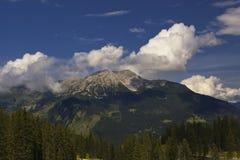 Österreichische Alpen mit Wolken stockfotos