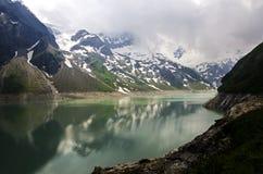 Österreichische Alpenlandschaft von einem See in Kaprun lizenzfreie stockbilder