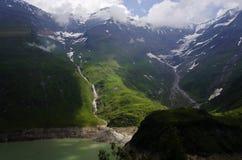 Österreichische Alpenlandschaft von moutains und von See in Kaprun stockfotografie