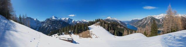 Österreichische alpine Landschaft mit erstaunlichem Bergblick Stockfotos