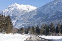 Österreichische, alpine Straße in der Winterlandschaft Stockfotos