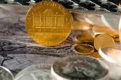 Österreichische Goldmünze philharmonisch mit Silberbarren u. Münzen Lizenzfreie Stockfotos