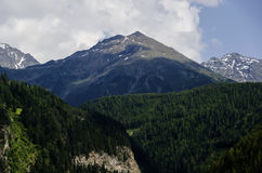 Österreichische Landschaft der Alpengebirgsspitzen mit grünem Wald in der Front stockfoto