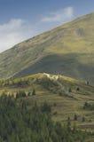 Österreichische Landschaft mit Alpen stockfotografie