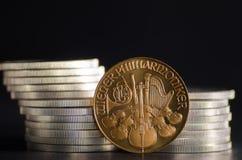 Österreichische philharmonische Goldmünze in den vorderen Silbermünzen Lizenzfreie Stockfotos