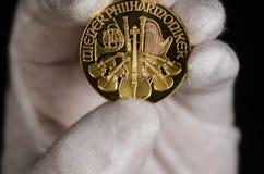 Österreichische philharmonische Goldmünze-Hand Lizenzfreies Stockbild