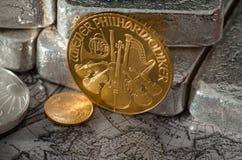 Österreichische philharmonische Goldmünze mit Silberbarren Stockbilder