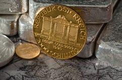Österreichische philharmonische Goldmünze mit Silberbarren Lizenzfreie Stockfotografie