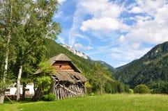 Österreichisches Bauernhof-Haus in den Bergen Stockbild