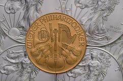 Österreichisches Goldphilharmonisches ontop von US-Silber Eagles Stockfotos