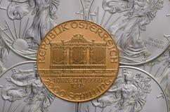 Österreichisches Goldphilharmonisches ontop von US-Silber Eagles Stockfotografie