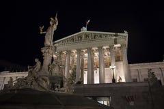 Österreichisches Parlament und Pallas Athene Fountain Lizenzfreie Stockfotografie