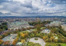 Österreichisches Parlaments-Gebäude, Rathaus, Park, Burgtheater, Kaiserhof-Theater Wien die meisten populären Besichtigungsgegens stockfotografie