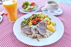 Österrikare bräserat nötkött med soppa och sallad Arkivbilder