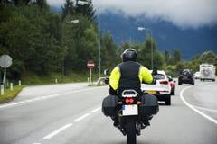 Österrikare och handelsresandefolk som kör bilen och rider mopeden på vägen Royaltyfria Foton