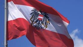 Österrike flagga som fladdrar mot en blå himmel, närbild arkivfilmer