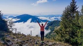 Österrike - flicka som stiger hennes händer upp, frihet, medan fotvandra royaltyfri fotografi