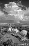 Österrike - framtidsutsikt från tornet av Konigswarte över Bergbyn med de stora parabolsna och stormmolnet Arkivfoton