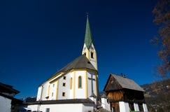 Österrike - Kirchberg i den Tirol kyrkan Arkivfoton