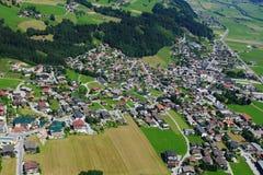 Österrike: Paragliding ovanför Hochfà ¼gen i Tirol Royaltyfria Bilder