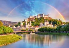 Österrike regnbåge över den Salzburg slotten royaltyfri fotografi