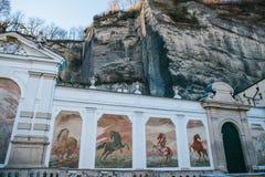 Österrike Salzburg - 01 01 2017 Väggmålningar med hästar på den fyrkantiga springbrunnen Arkivbild