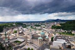 Österrike som är gammalt över stormig town för salzburg sky Royaltyfria Bilder