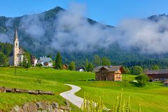 Österrike traditionell kyrka med kapellet i by royaltyfria foton