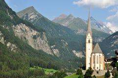Österrike typisk alpin kyrka Arkivbilder