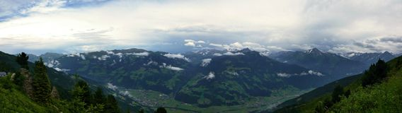 Österrikisk Alps-panorama- framtidsutsikt på Alps från den Zillertaler vägen Royaltyfri Foto