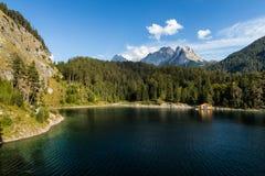 Österrikisk berg sjö med fartygkojan Arkivfoton