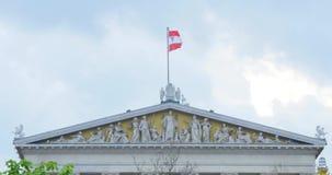 Österrikisk flagga på parlamenthuset i Wien, gavel på bakgrunden för blå himmel lager videofilmer