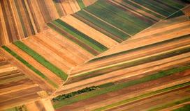 Österrikisk odlingsmark som ses från en nivå Arkivfoto