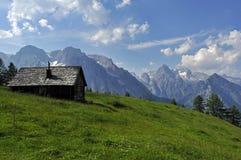österrikisk stuga ger l för alps royaltyfri fotografi