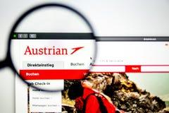 Österrikisk websitehomepage för flygbolag Österrikisk luftlogo som är synlig till och med ett förstoringsglas royaltyfri fotografi